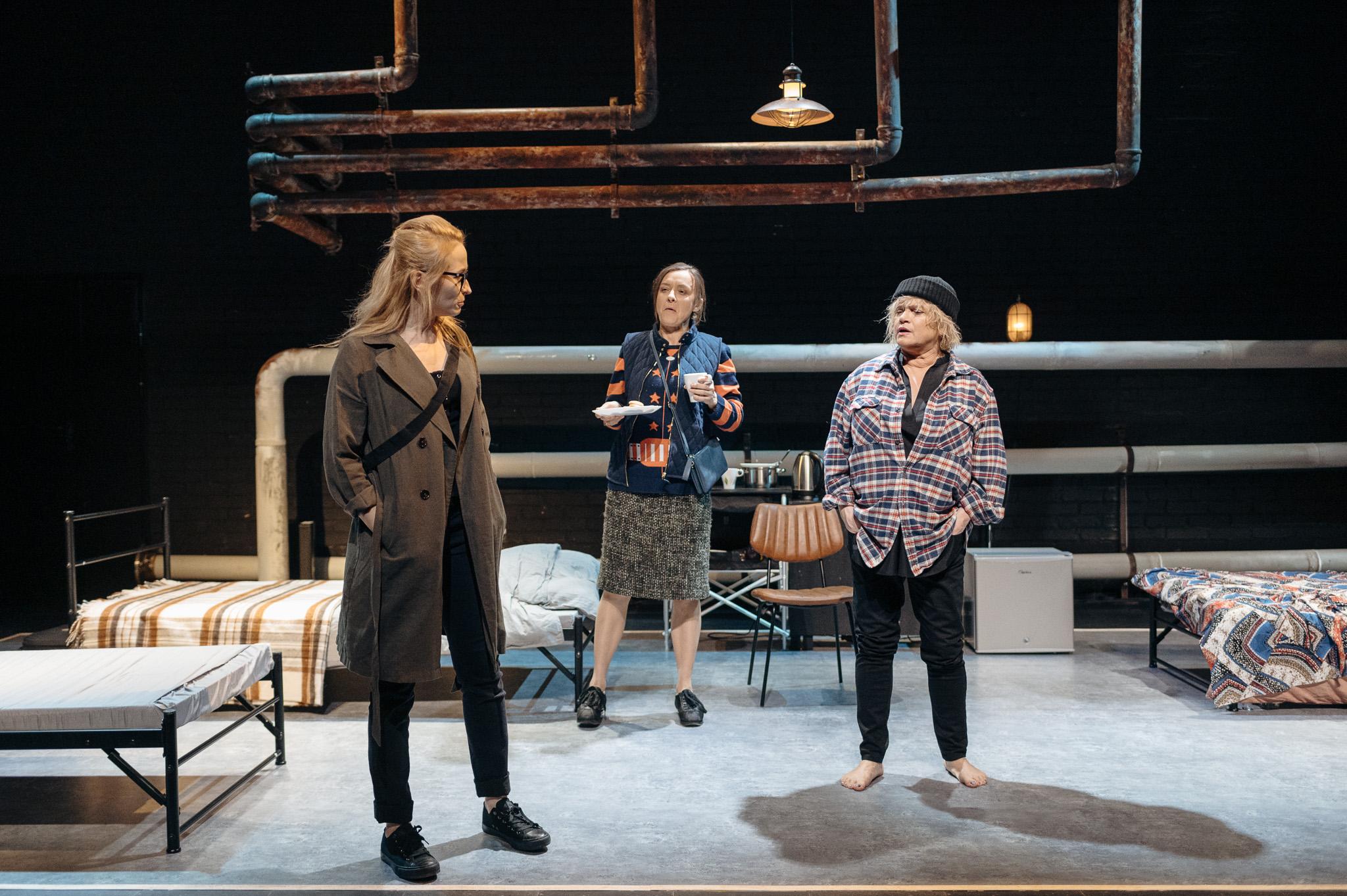 Scena ze spektaklu Emigrantki, aktorki odgrywające role: Małgorzata Brajner (Zosia), Katarzyna Figura (Teresa) iJustyna Bartoszewicz (Monika)